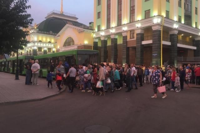 Часть людей поселили во временных пунках Ачинска, около 300 человек отправили в Красноярск.