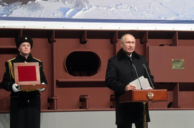 Владимир Путин выступает нацеремонии закладки патрульного корабля ледового класса «Николай Зубов» назаводе «Адмиралтейские верфи».