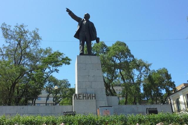 Ленин во Владивостоке. Напротив вокзалов.
