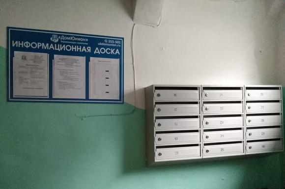 Щиты с информацией о работе компании установлены в каждом подъезде.