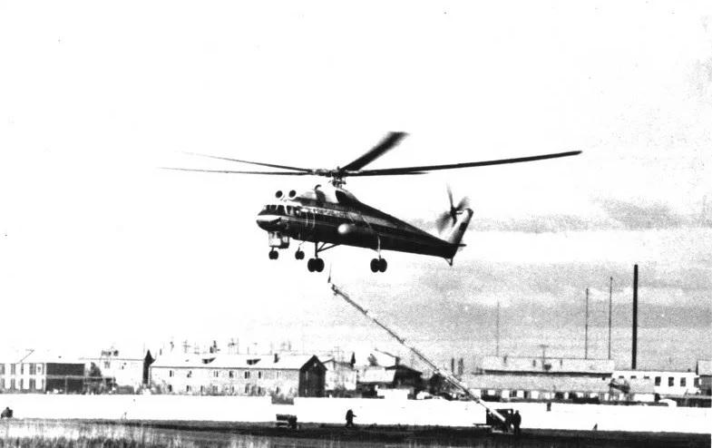 Ми-10К поднимает с городского ипподрома Якутска антенну.