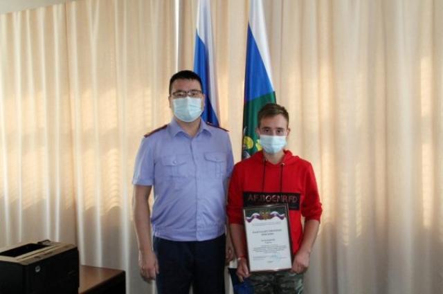 Руководитель Следственного управления СКР по Свердловской области Анатолий Надбитов вручил Сергею благодарственное письмо.