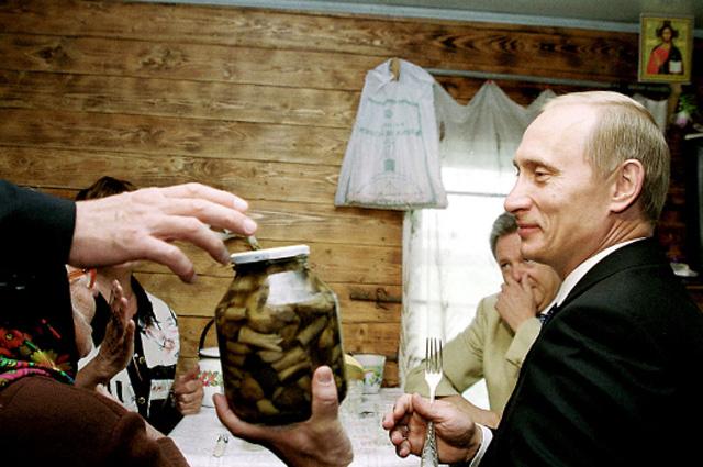 Владимир Путин ивовремя визита вдеревню Кузькино вСамарской области 1сентября 2000года.