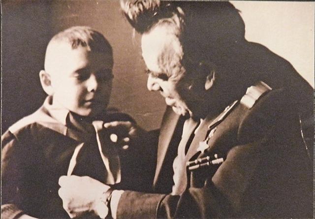 Петр Гаврилов с внуком