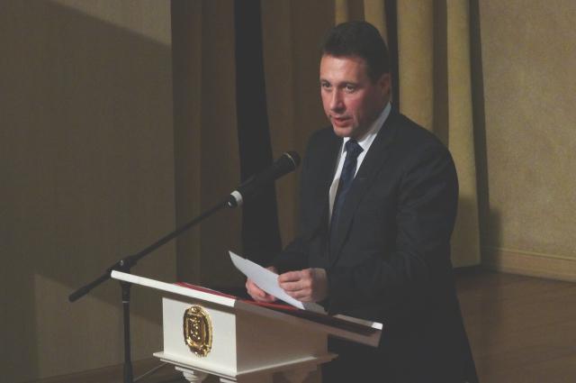 Игорь Холманских зачитывает поздравление от Владимира Путина.