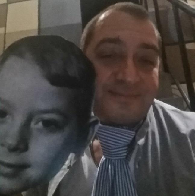 Поскольку главная тема спектакля - любовь к детям, на поклон артисты выходили в бумажных масках со своими детскими фотографиями.