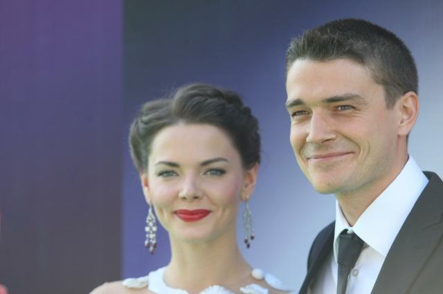 К гостям Лиза вышла в коротком белом платье стиля 50-х, а Максим переоделся в чёрный костюм.