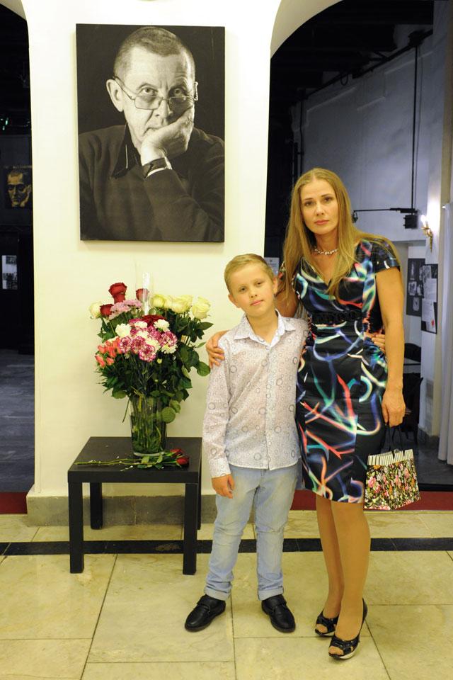 Ирина Линдт с сыном Иваном на вечере памяти Валерия Золотухина на сцене Театра на Таганке.