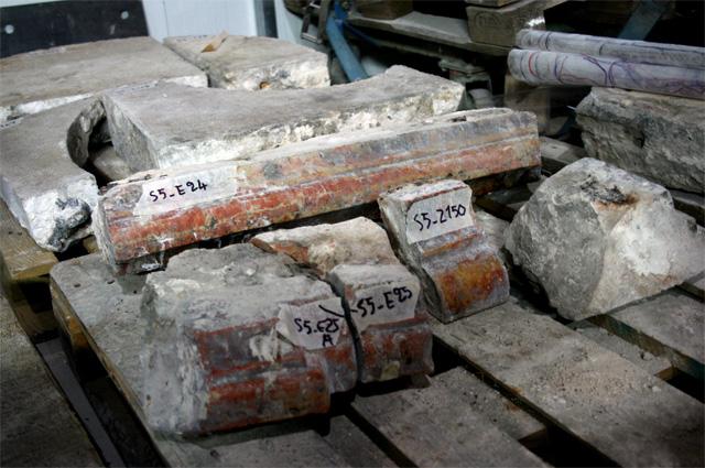 Фрагменты, найденные в ходе реставрационных работ в Храме Гроба Господня.