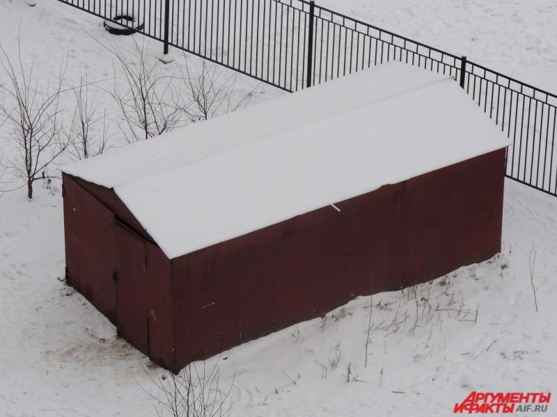 Мужчина избил подростка за прыжки с гаражей в снег.