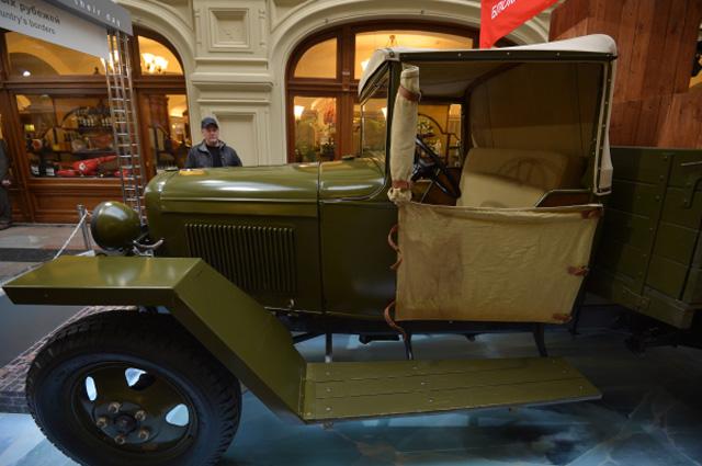 Автомобиль ГАЗ-АА на открытии исторической выставки автомобилей марки ГАЗ Герои своего времени в столичном ГУМе