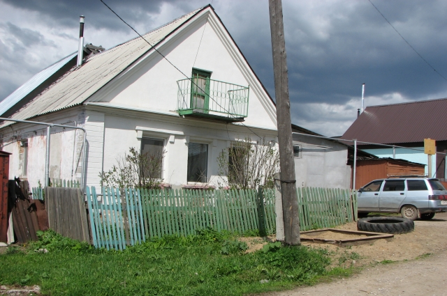 Семья живёт в небольшом домике в Александровске.