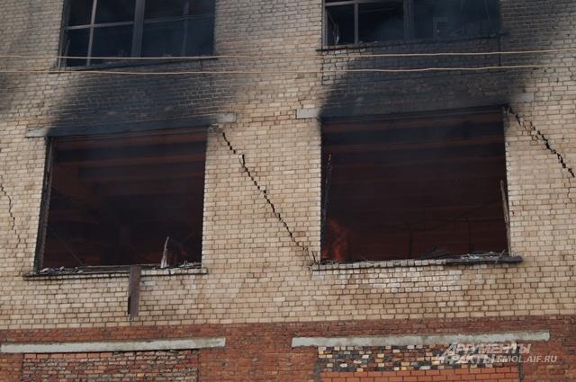 На стенах здания хорошо просматриваются трещины.