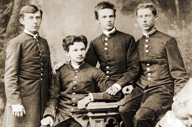 Юзеф Пилсудский (третий слева) во время учебы в гимназии. 1885 г.