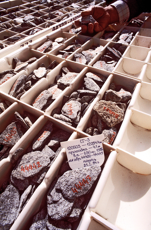 Сверхглубокая скважина на Кольском полуострове. Сортировка и хранение керна - горной породы, добываемой с разных глубин методом колонкового бурения для дальнейшего геологического изучения и опробования.