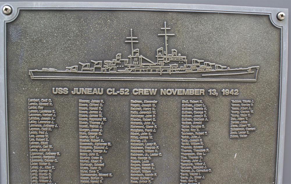 Мемориальная плита, посвященная экипажу USS Джуно (CL-52), на ней имена и пяти братьев Салливан. Нажмите для увеличения