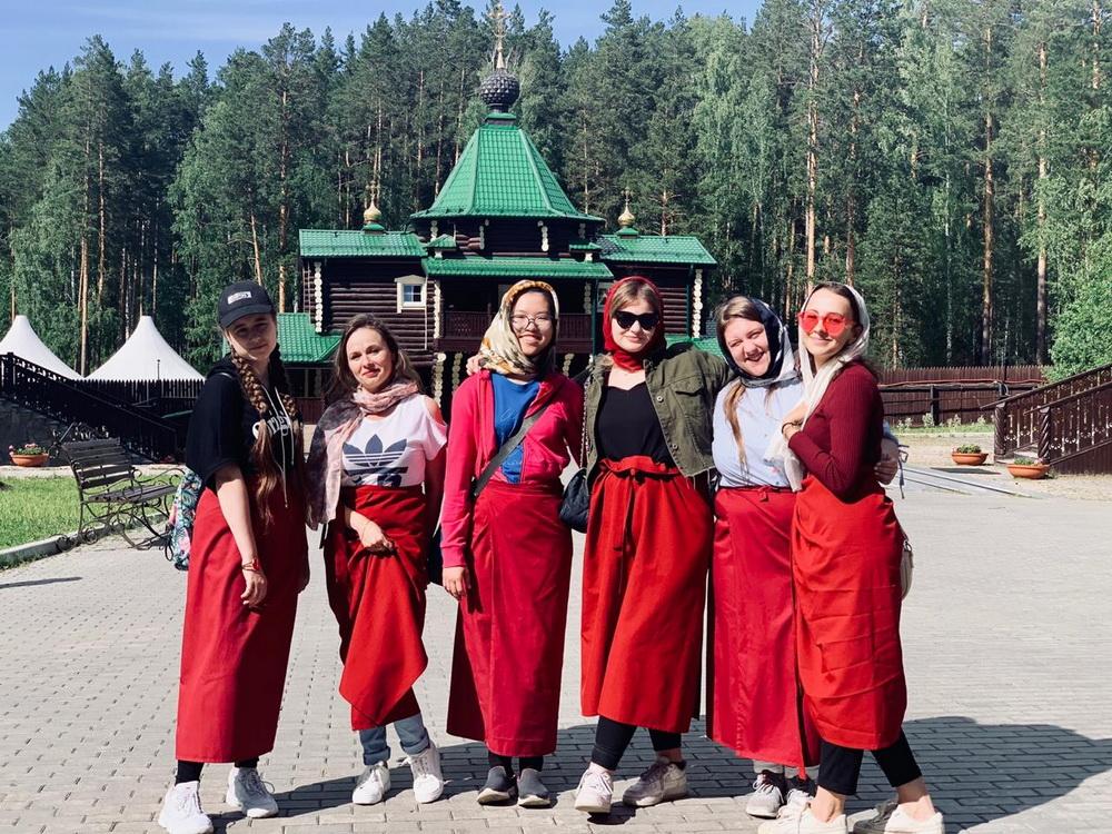 Кроме русского языка, Дженни изучала культуру России, в том числе Среднего Урала.