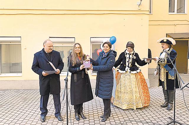 Слева направо: Н. Бондаренко, А. Бредец и С. Разворотнева во время награждения дома в Санкт-Петербурге.