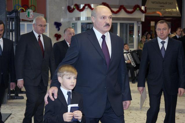 Президент Белоруссии Александр Лукашенко ссыном Николаем принимает участие вголосовании наизбирательном участке №1центрального района Минска. 2010 г.
