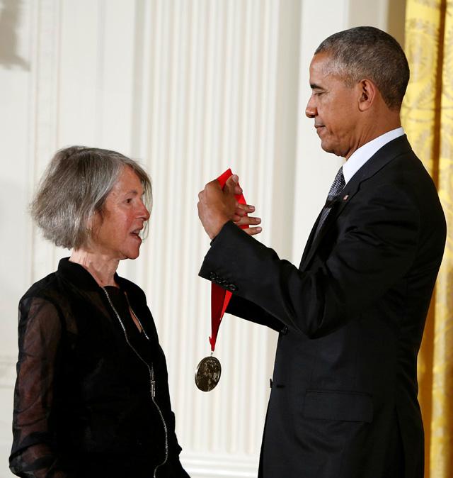 Президент США Барак Обама вручает Национальную гуманитарную медаль 2015 года.