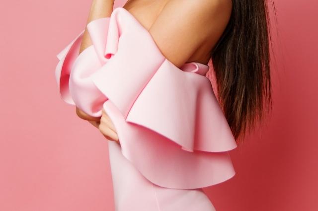 В тренде платье на одно плечо с драпировкой.