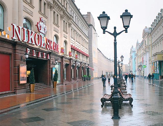 (1) Новому торговому центру на Никольской присвоили имя прежних владельцев подворья