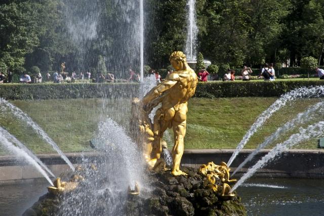 Фонтан Самсон, раздирающий пасть льва в Петергофе