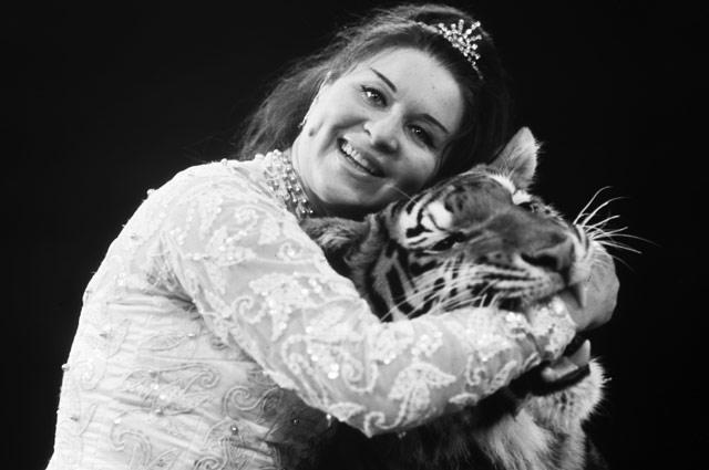 Укротительница Маргарита Назарова с тигром. 1970 год