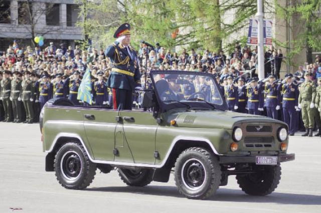 В параде участвовали представители Суворовского военного училища, военного института войск национальной гвардии РФ и других военных ведомств и учреждений.