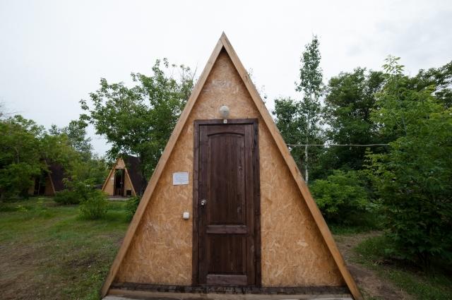 Такой двухместный домик обойдётся в 1500-2000 рублей в сутки.