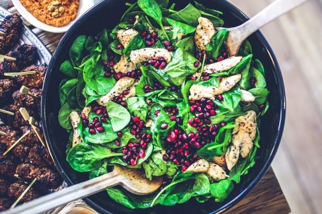 В салате можно использовать любую зелень на ваш вкус.