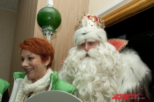 Волшебник приехал не один, с собой он привёз Снегурочку.