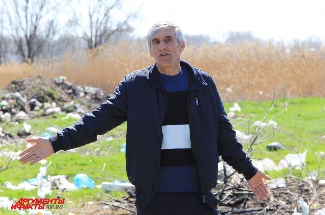 Фермер Николай Беспалов шокирован масштабами свалки.