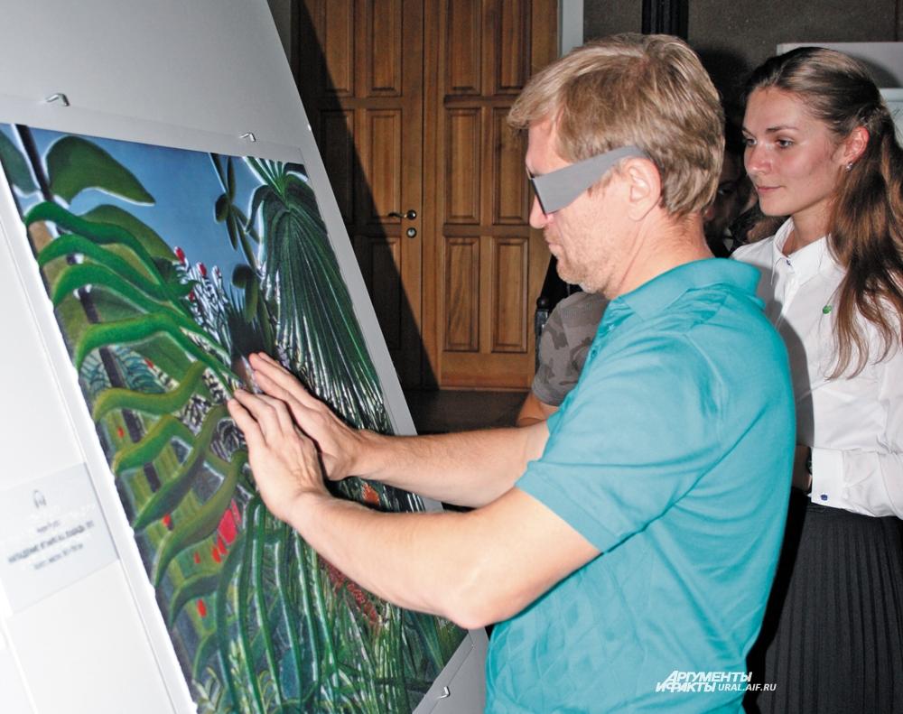 Рассмотреть полотна на ощупь попытался и актёр шоу «Уральские пельмени» Андрей Рожков.