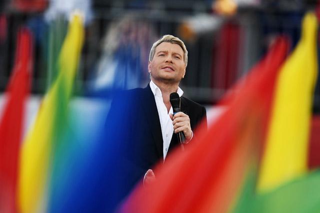 Николай Басков выступает на церемонии открытия Дня города на Красной площади в Москве.