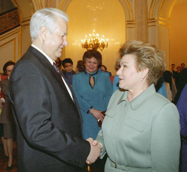 Президент РФ Борис Ельцин поздравляет супругу Наину Ельцину с Международным женским днем 8 марта, 1996 год