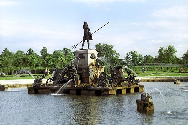 Фонтан «Нептун». Группа установлена в1799году. Создана вГермании в1650-1658 годах скульпторами Х.Риттером иГ.Швейцером. Верхний сад. Петродворец.