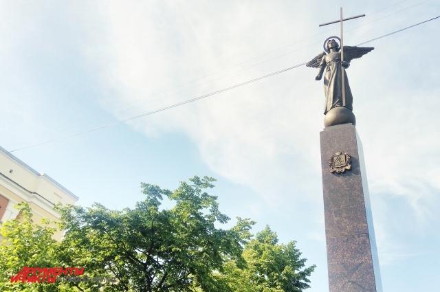 Ангел - подарок не только от семьи Тулеевых, но и от главы города Ильи Середюка.