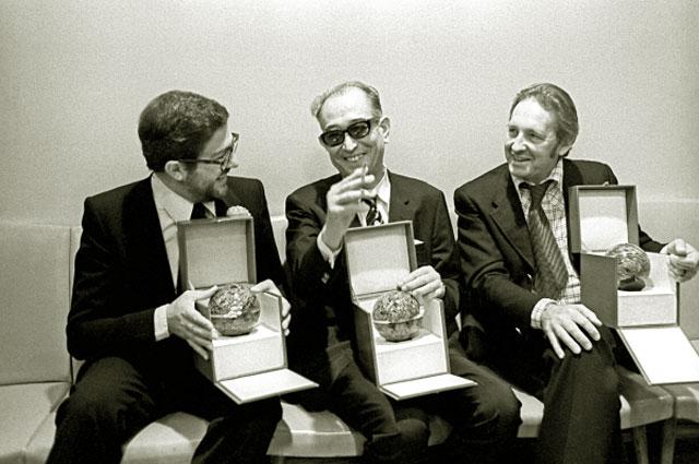 Кинорежиссеры Этторе Скола, Акира Куросава и Анджей Вайда с призами IX Московского кинофестиваля. 1975 год