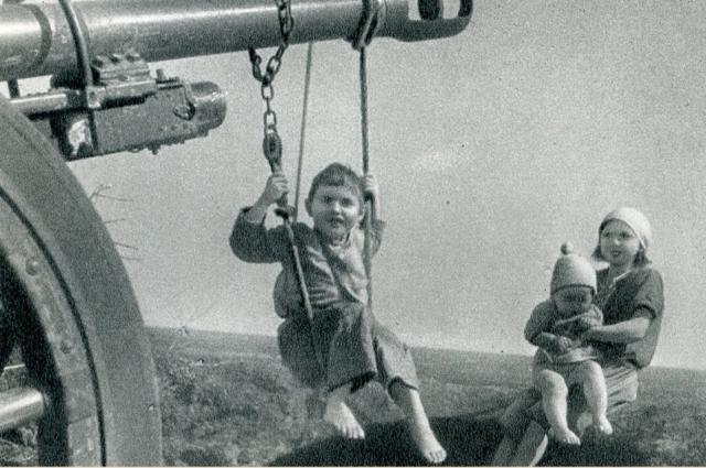 Детские качели на брошенных немецкими войсками боевых машинах.