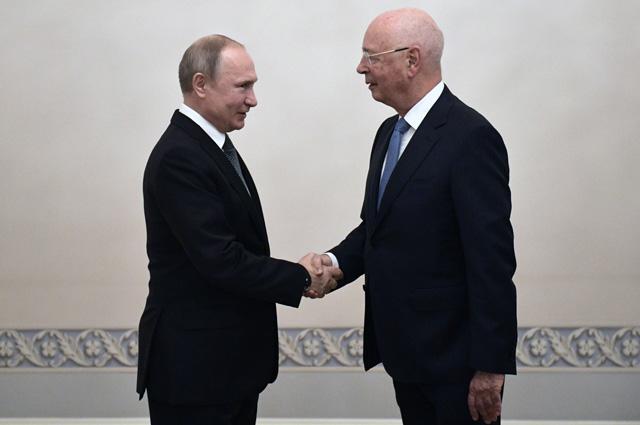 Владимир Путин и президент Всемирного экономического форума Клаус Мартин Шваб во время встречи.