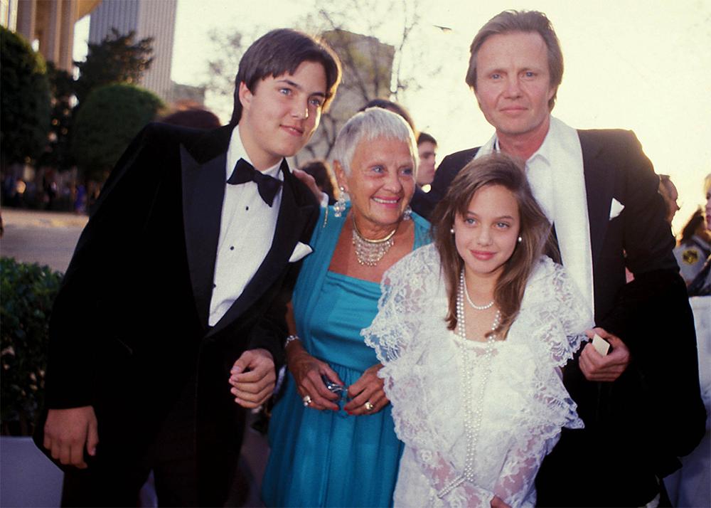 Анджелина Джоли с братом Крисом, отцом и бабушкой. 1986 год.