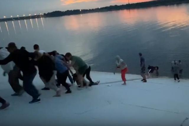Все вместе ребята смогли вытянуть девушку из воды на берег.