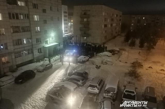 По словам жителей соседнего дома, полиции пришлось разгонять толпу, которая хотела свершить самосуд.