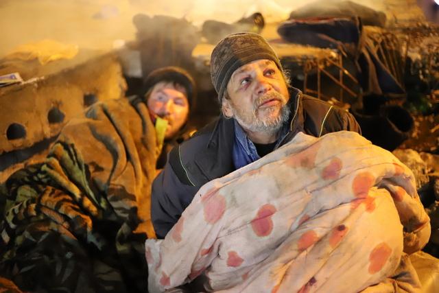 Официально пожилой человек (справа) уже 15 лет мертв.