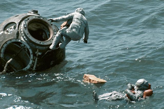 Космонавты Василий Лазарев и Олег Макаров тренируются в Чёрном море