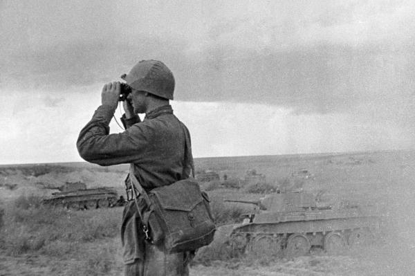 Командир Красной армии наблюдает за боем у озера Хасан