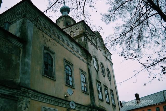 Окна тоже выдают историю здания - по сути, они так и остались церковными.