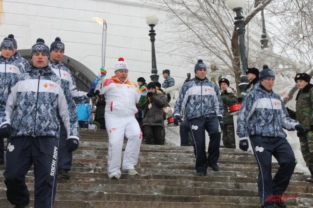 Путешествие олимпийского огня на пешеходном мосту через Урал