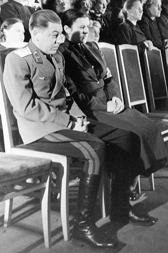 Василий с супругой Екатериной Тимошенко на церемонии прощания с И. В. Сталиным.